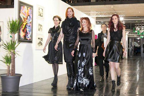 Johanna Penz con il fashion designer Markus Spatzier e 2 modelle  - biancoscuro rivista d'arte