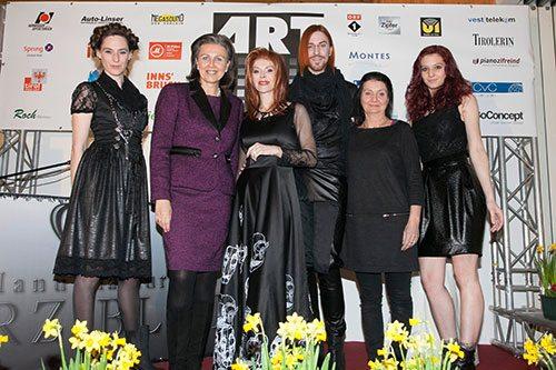da sinistra: Modella, Patrizia Zoller Frischauf, Johanna Penz, Markus Spatzier, Uschi Schwarzl, Modella - biancoscuro rivista d'arte