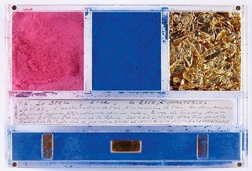 Yves Klein - Ex voto dedicato aSanta Rita da Cascia  Pigmento puro, foglia d'oro, lingotti d'oro emanoscritto in teca di plexiglas, anno 1961, 14×21×3,2cm.  Cascia, Monastero di Santa Rita  © Yves Klein / ADAGP, Paris 2014
