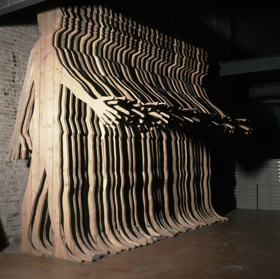 Mario Ceroli, La grande Cina, 1968, 36 sagome di cm 400x220 cad., legno di pino di Russia sagomato, A001880S_784