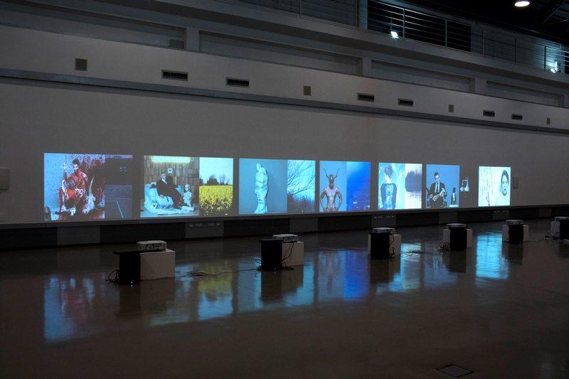 """Mustafa Sabbagh, """"XI Comandamento: Non Dimenticare"""" veduta della mostra: """"Anthro-pop-gonia"""" (2015), video-installazione"""