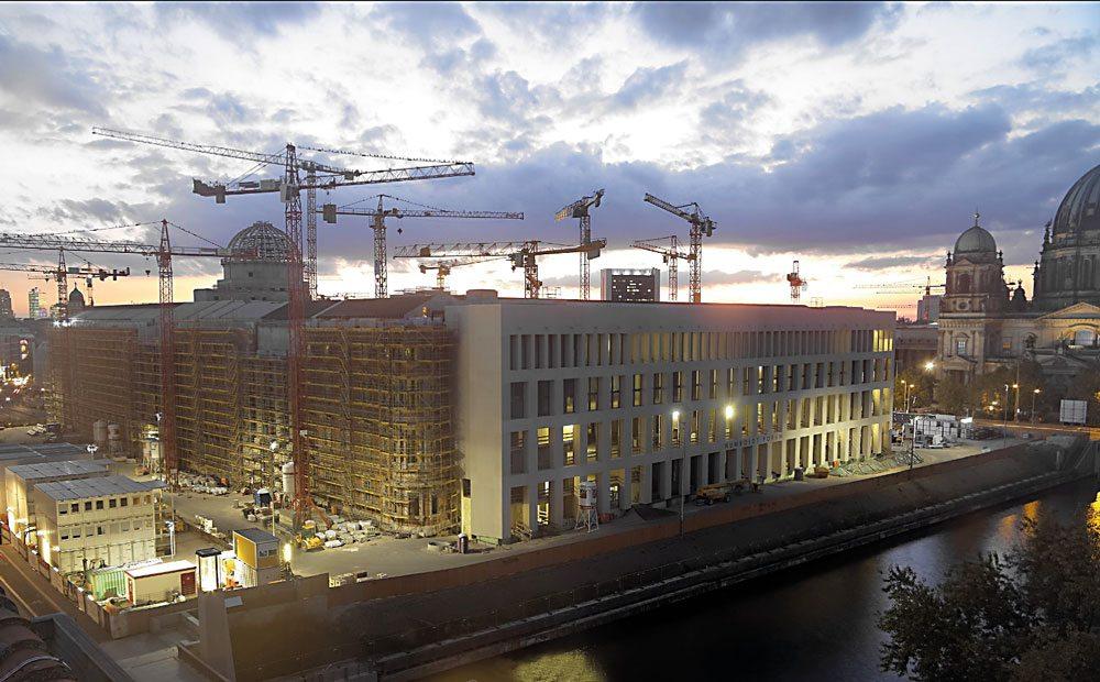 Il Berliner Schloss (Humboldt Forum) attualmente in fase di ricostruzione, sorgerà sull'Isola dei Musei berlinesi. Sullo sfondo a destra il Duomo di Berlino