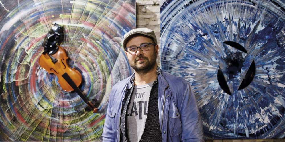 l'artista Mattia Consonni durante la sua mostra personale a Roma nelle Sale del Bramante