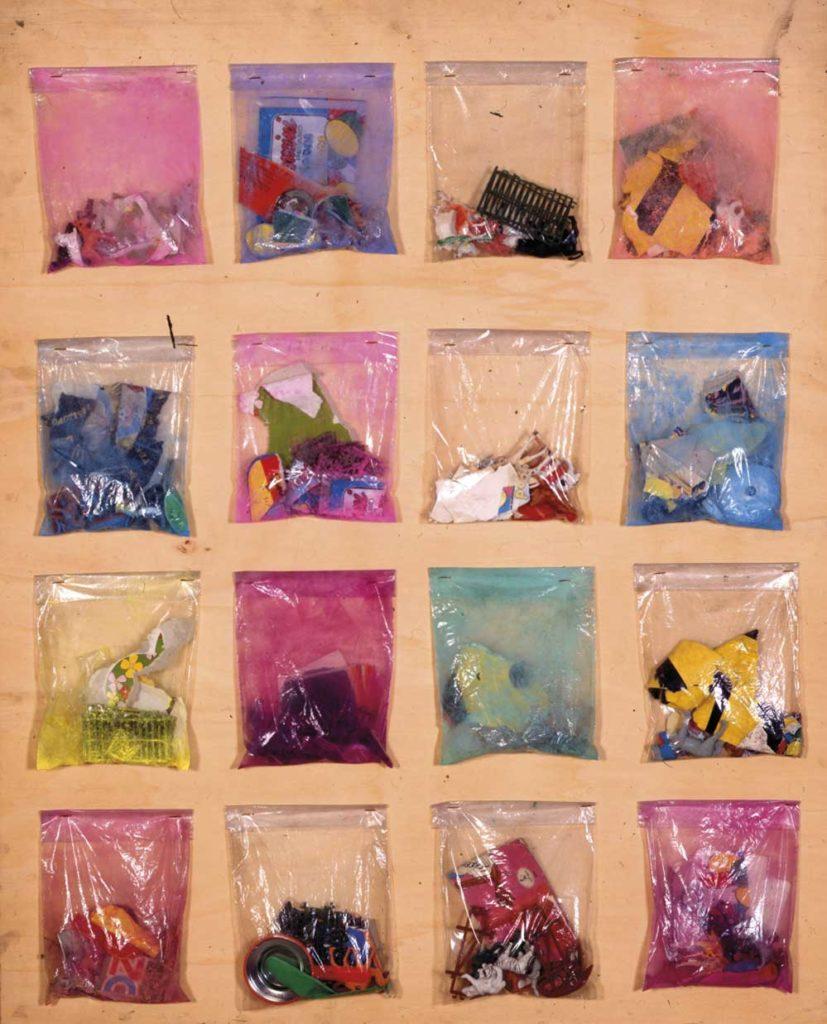 Sacchettini - Senza titolo 1956, sacchettini di plastica con all'interno vari oggetti, fissati su tavola,102, 3x82,3 cm. N. Archivio: FRB0250. Collezione privata